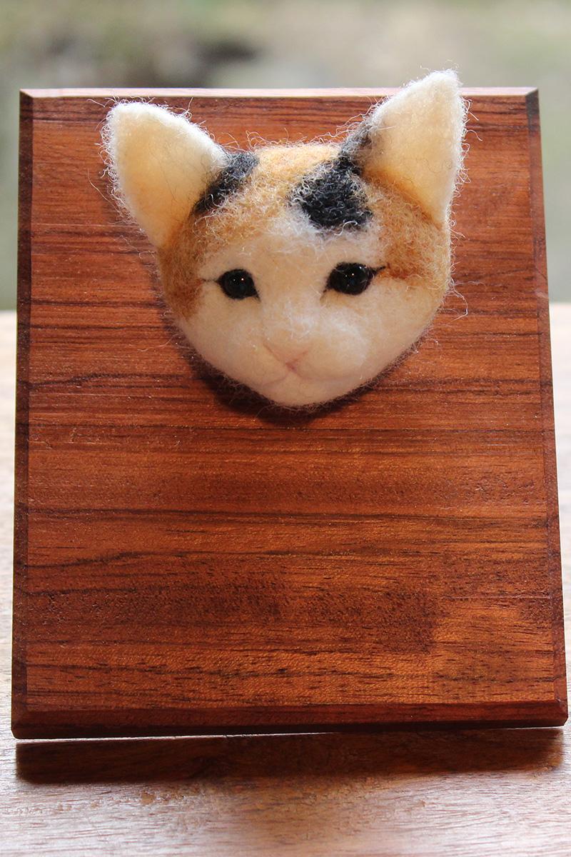 ねこブローチ(三毛ねこ)
